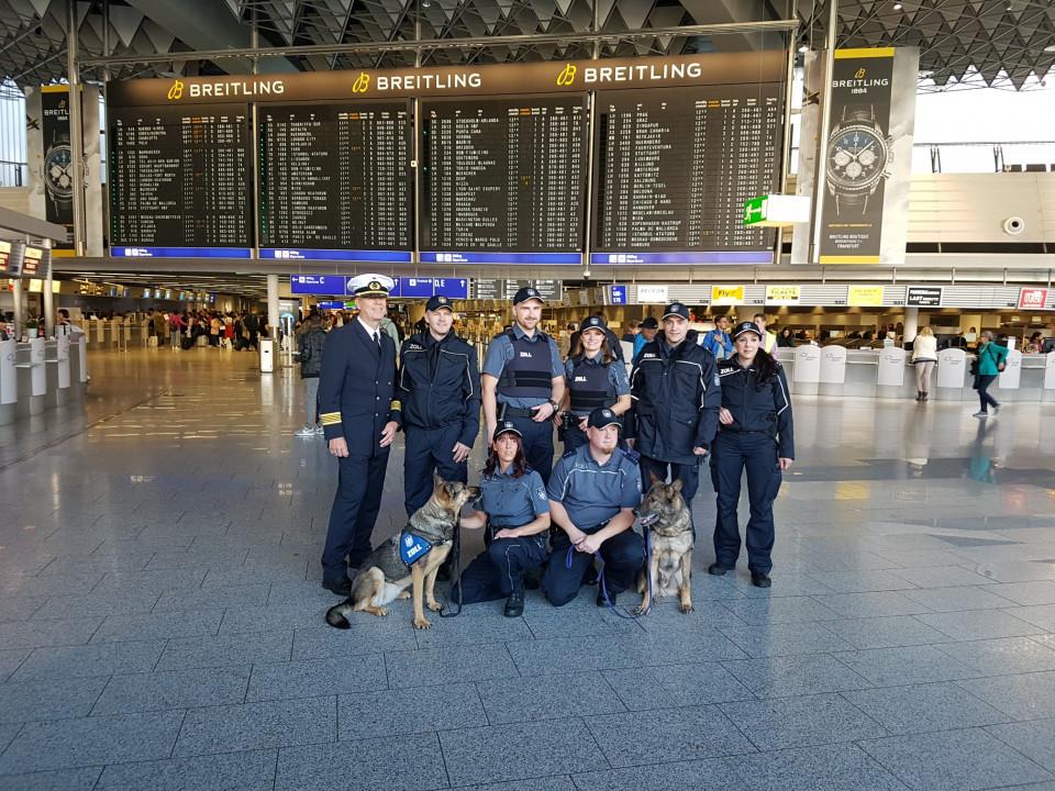 Bei der Pressekonferenz am Frankfurter Flughafen wurde die neue dunkelblaue Uniform vorgestellt, die speziell für die Anforderungen des Zolls entwickelt und produziert wurde. (Quelle: Generalzolldirektion, 2018)