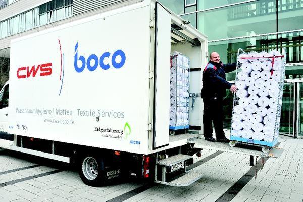 CWS-boco Servicefahrzeig und Servicefahrer bei der Anlieferung von Stoffhandtuchrollen