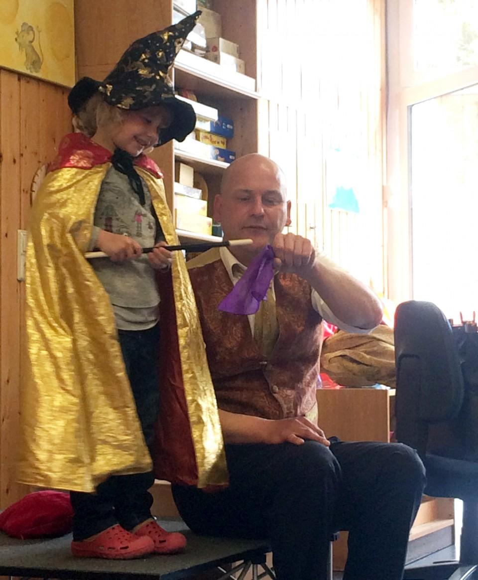 CWS Zauberer Nico vermittelt Kindern spielend Händehygiene