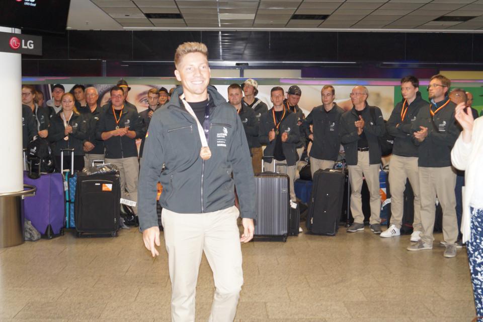 Konditor Fabian bei der Ankunft am Flughafen