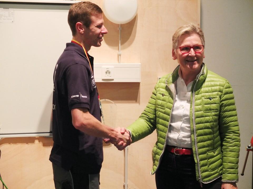 Ingeborg Mell mit Teilnehmern der EuroSkills auf der Belektro in Berlin