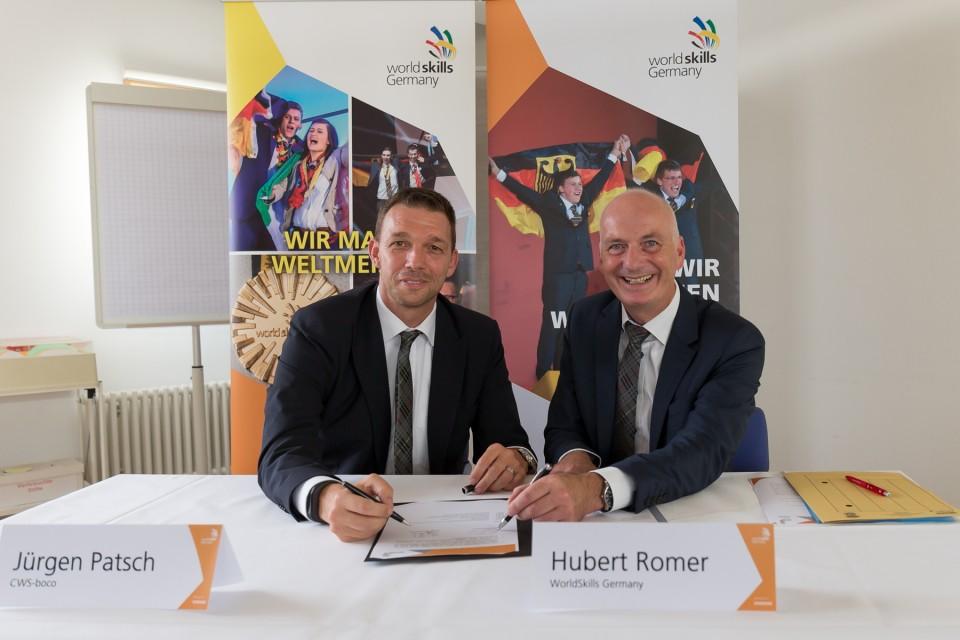 Die Geschäftsführer Jürgen Patsch und Hubert Romer bei der Vertragsunterzeichnung.