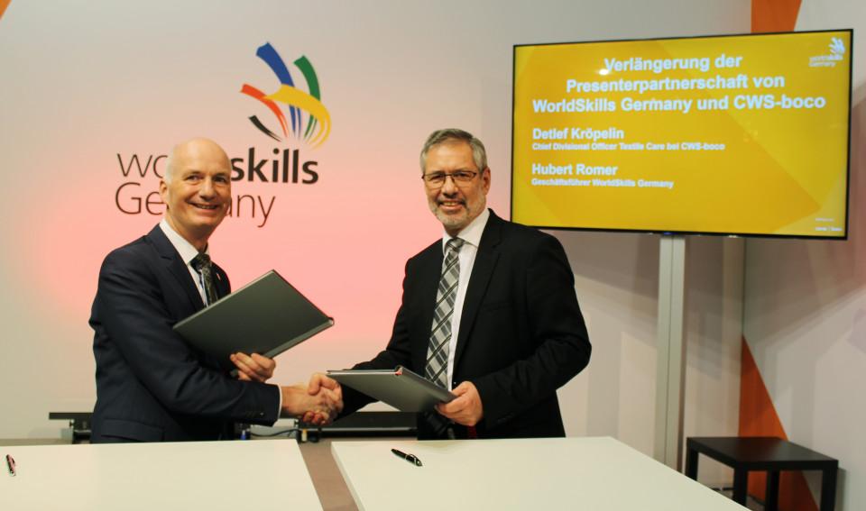 Hubert Romer (links), Geschäftsführer von WorldSkills Germany, und Detlef Kröpelin, Chief Divisional Officer Textile Care bei CWS-boco