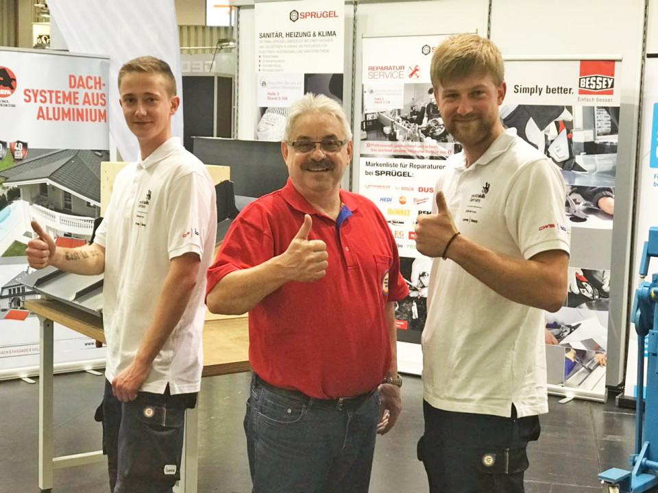 Trainer Josef Bock (Mitte) mit den Finalisten Kevin Zeman und Benno Uhlmann