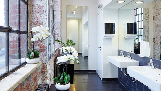 Waschraum mit Ausstattung von CWS