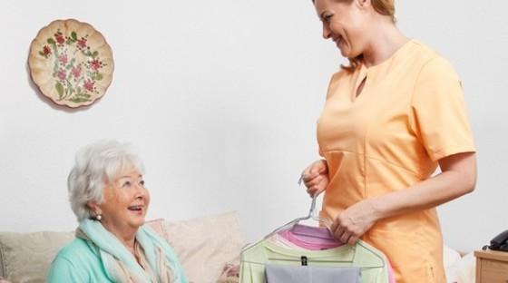Altenpflegerin in boco Pfelgekleidung mit Seniorin