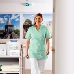 Krankenpflegerin in boco Pflegekleidung