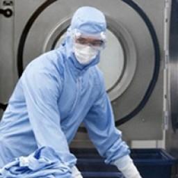 Reinigungskraft vor Reinraumwaschmaschine